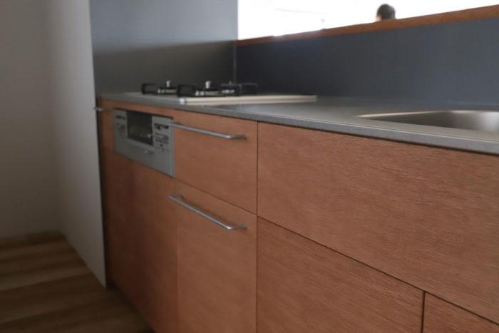 ラワン材の扉がついた機能的なキッチンを選ぶこともできる。