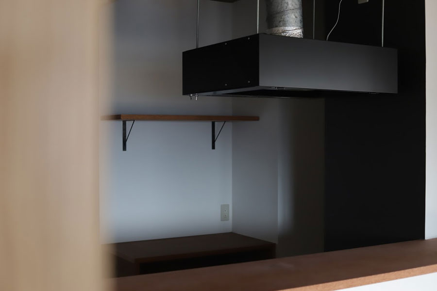 『toolbox』オリジナルのレンジフードは、シンプルなスクエアな形で高さ20cmの薄さ。