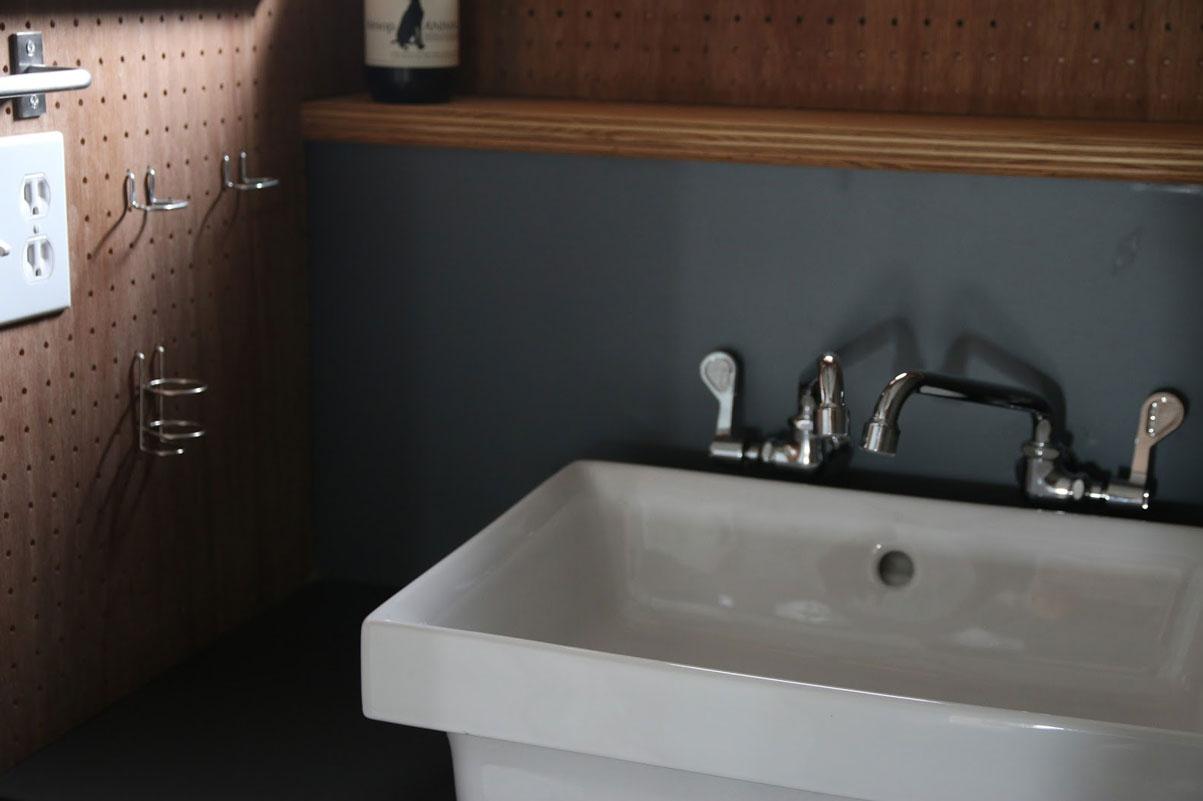 洗面台は好みのものをオプションでつけることもできるし、天板が壁と壁の間にすっきりと収まるミニマルな洗面台、またはドイツ製のラウンド型の洗面台から選ぶことも可能。