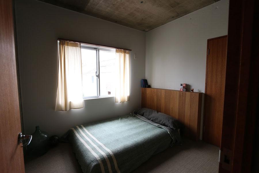 ベッドルームにはヘッドボードがつく。素材は積層合板、ラワン材から選べる。