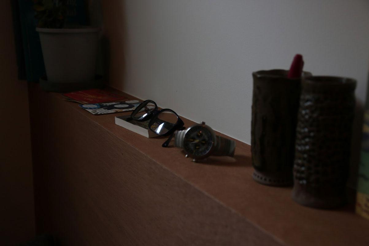 ヘッドボードには目覚まし時計や眼鏡、読みかけの本などが置ける厚みがある。