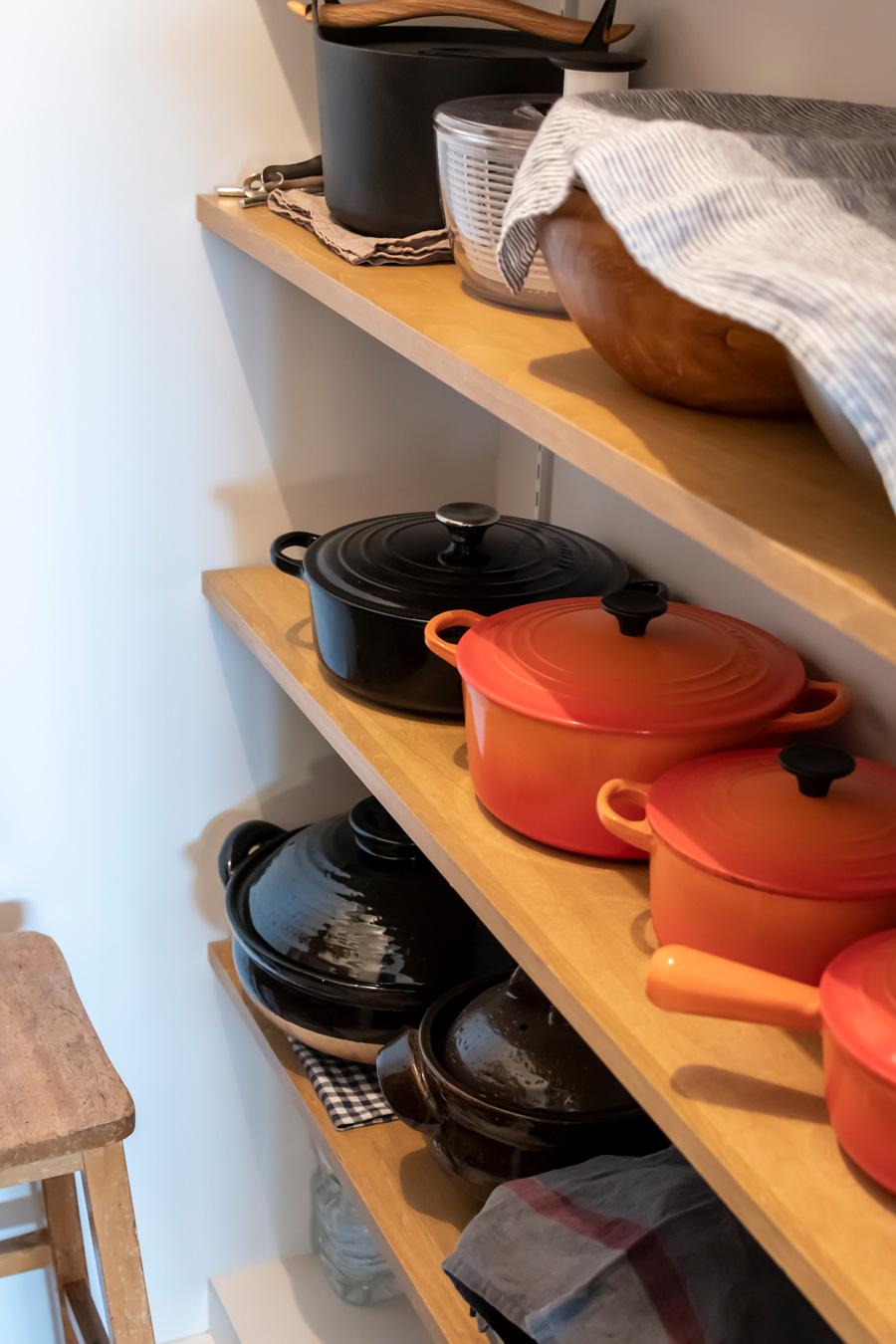 鍋や調理器具もたっぷり収納できる。