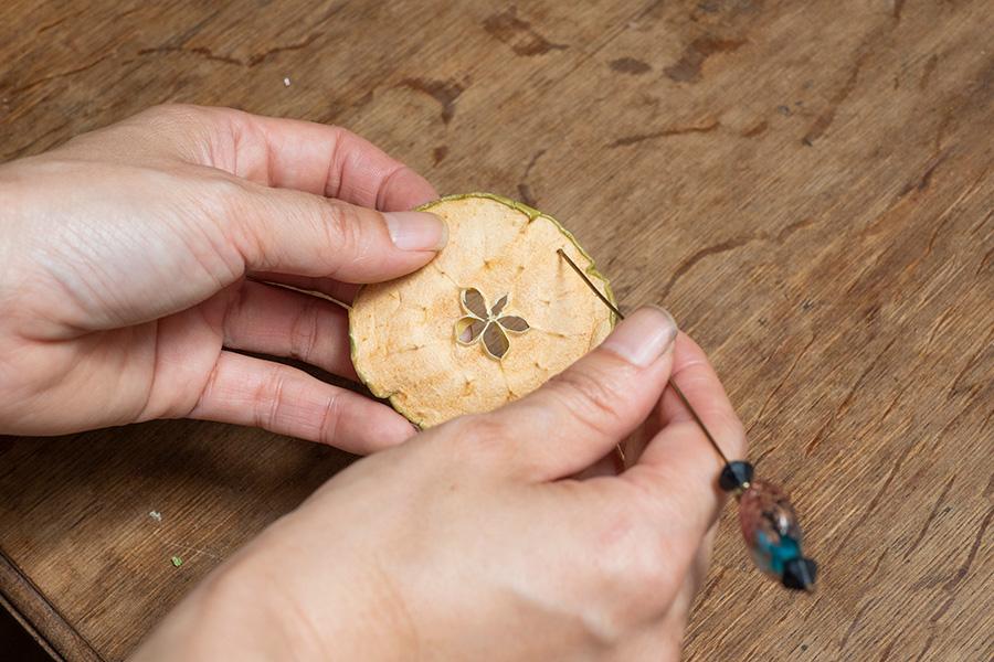 ①ドライフルーツ、葉、ケイトウは、針で穴を開ける。