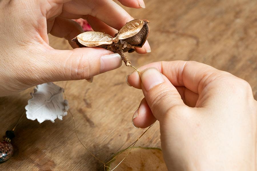 ⑤素材を取り付けていない方のワイヤーをぐるぐると巻き、端は2本一緒にねじり留める。