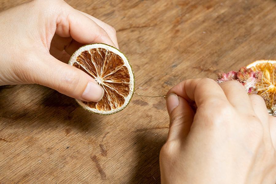 ⑥縦の場合、下のワイヤーが切り放しにならないよう、最後にフルーツをあしらう。
