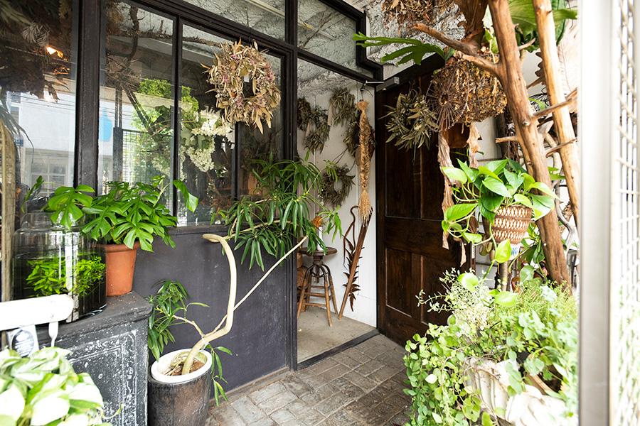 高橋さんが店主を務める「atelier cabane」。植物の個性を活かしたフラワーデコレーションを提案。