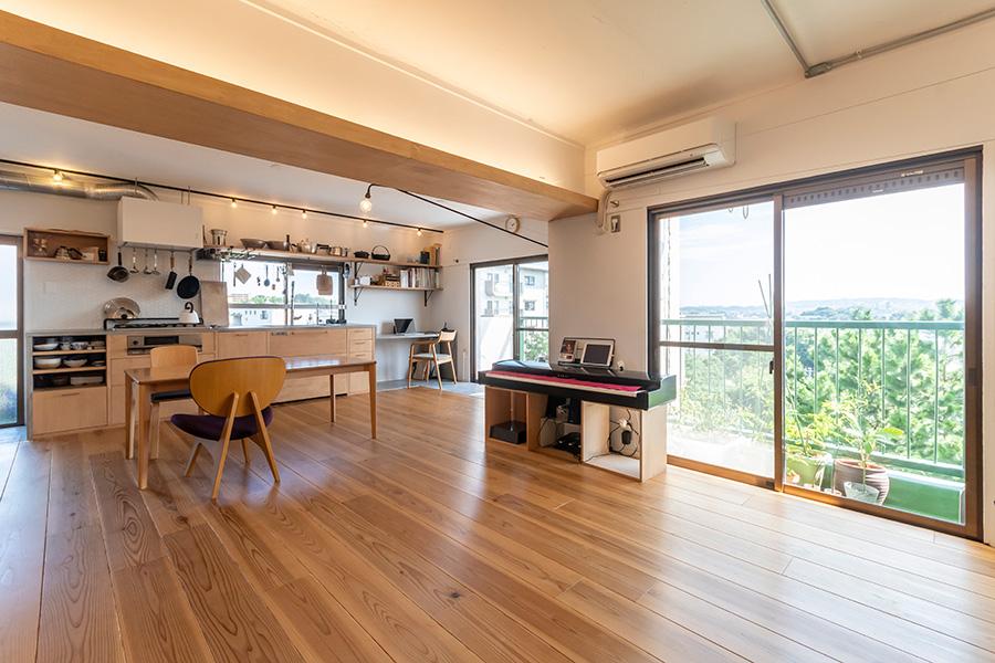 高台にあり見晴らしがいいLDK。和室だったところをフローリングにしてダイニングキッチンとつなげた。無垢のスギの床材は、30mmと厚めなのでやわらかく包容力のあるタッチ。