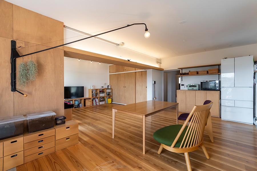 ジャン・プルーヴェのウォールランプをダイニングの照明に。壊せない梁を活かして間接照明も取り入れた。「天井には照明をつけず、存在感を消してプレーンにしておきたいんです」。
