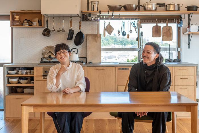 一級建築士の向坂穣さんと妻・日奈子さん。抜けがよく家族の気配の感じられる空間に、という思いが一致。