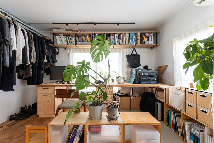 穣さんのワークスペースも、床を切替えてメリハリをつけている。本棚やコートハンガーを壁付けに。机は「tool box」のキャビネットに天板を載せたもの。
