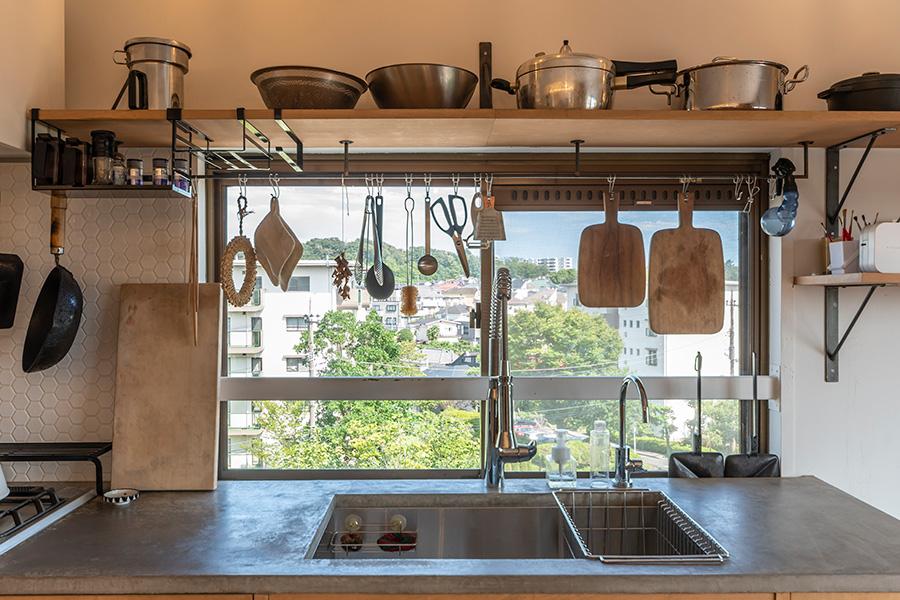 愛用の調理器具を吊るして収納。モールテックスの天板は掃除がしやすく汚れも味になる。