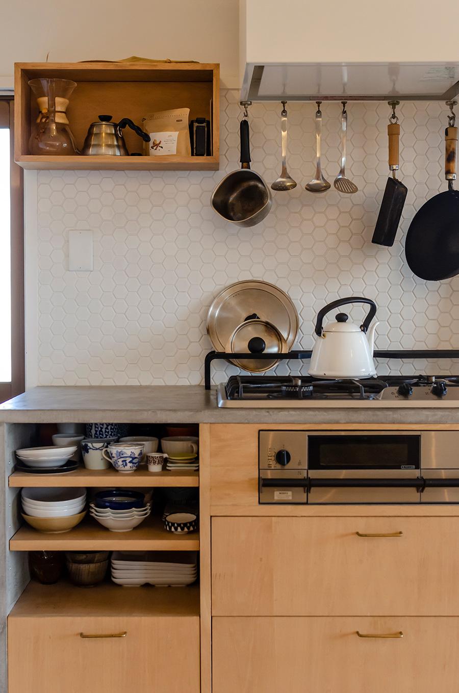 キッチンのタイルも亀甲模様に。壁に付けたボックスにはドリップコーヒーのセットを。