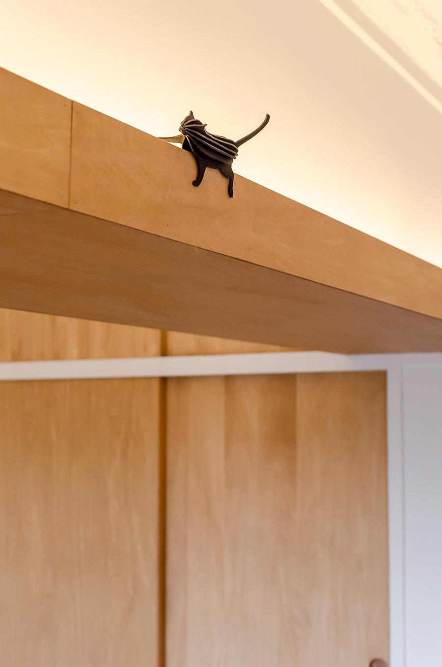 梁の低さを解消するため、覆いをつけて間接照明を取り付けた。LDKに均一に光がまわる。