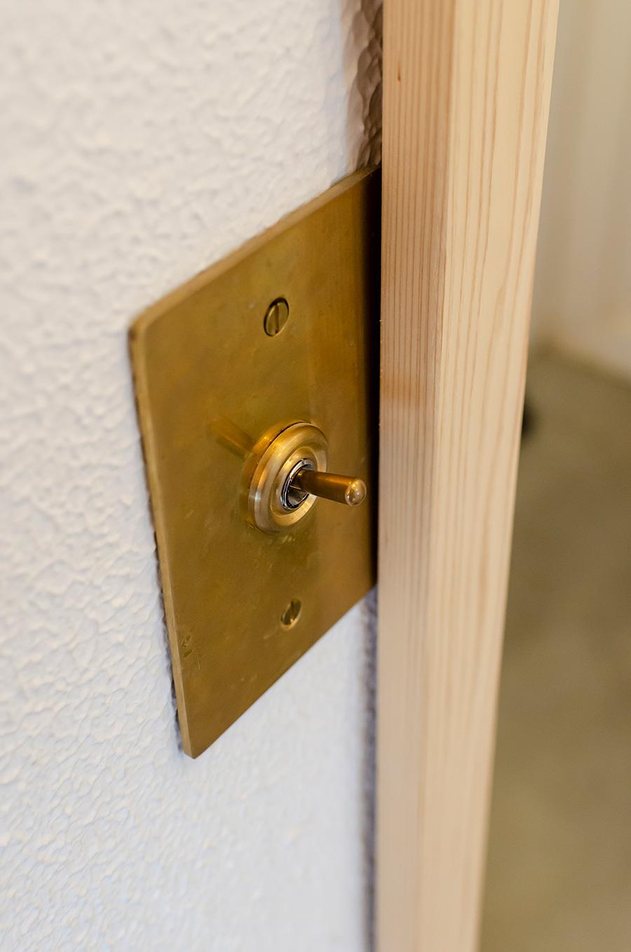 真鍮のスイッチパネル。細かなパーツも厳選。