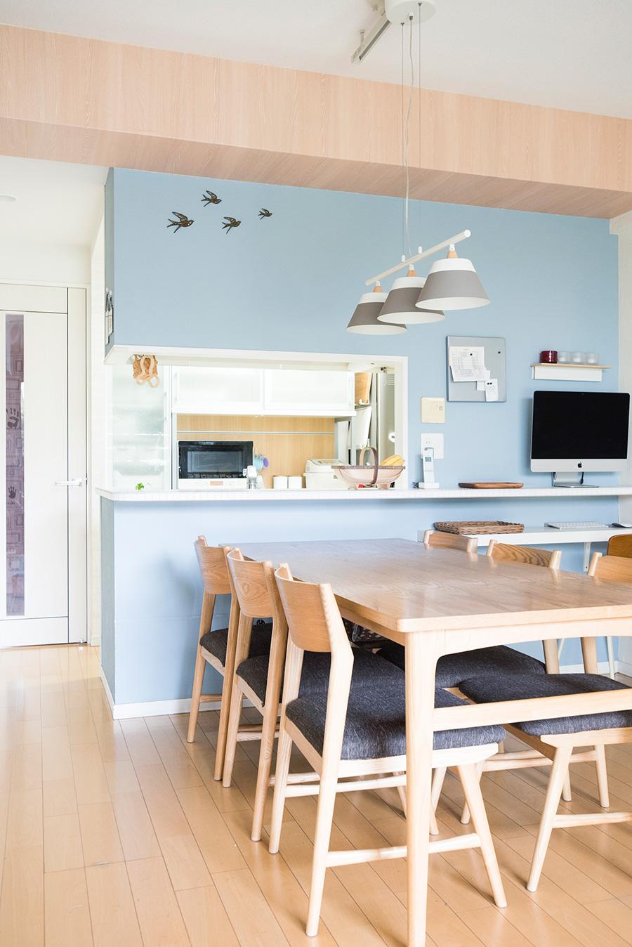DIYで薄いブルーを塗装したキッチン&ダイニング。北欧テイストにまとめている。