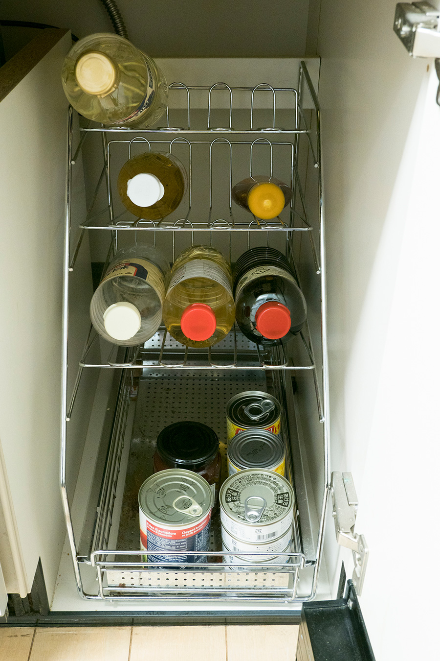 調味料類、食材ストックはこれだけ。余白があることで必要なものをさっと手にすることができる。