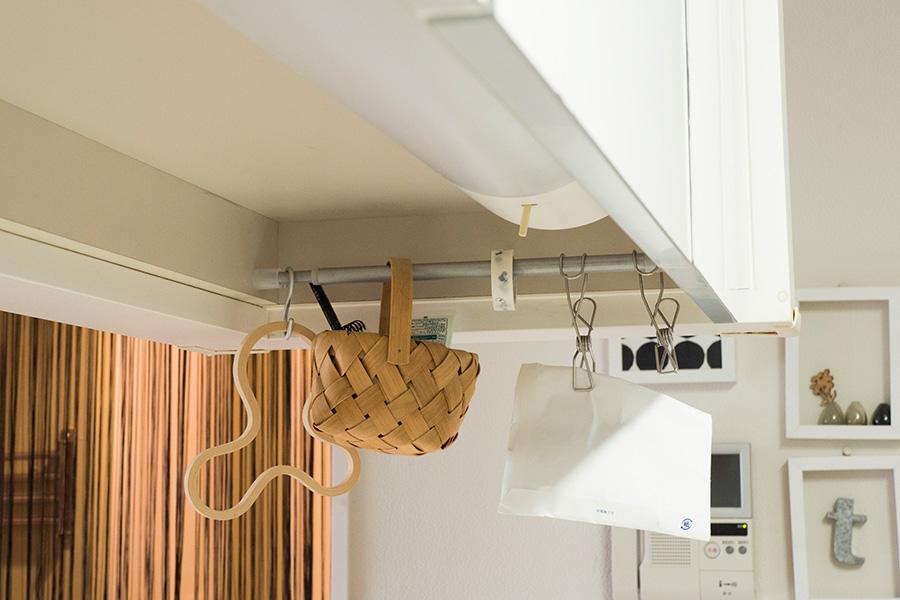 シンクの上の吊り戸棚の下に突っ張り棒を。カゴの中にはハンドクリームなど、この場所で使いたいものを入れている。