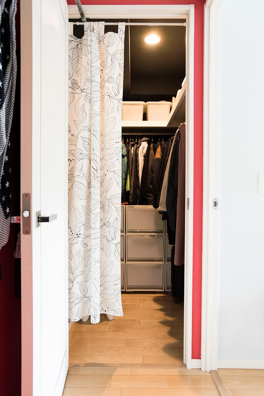 ウォークインクローゼットは、家族全員で使えるように、個室側だったドアを廊下側に移してもらった。通気のためドアを開けておきたいので、内側にカーテンを設置。