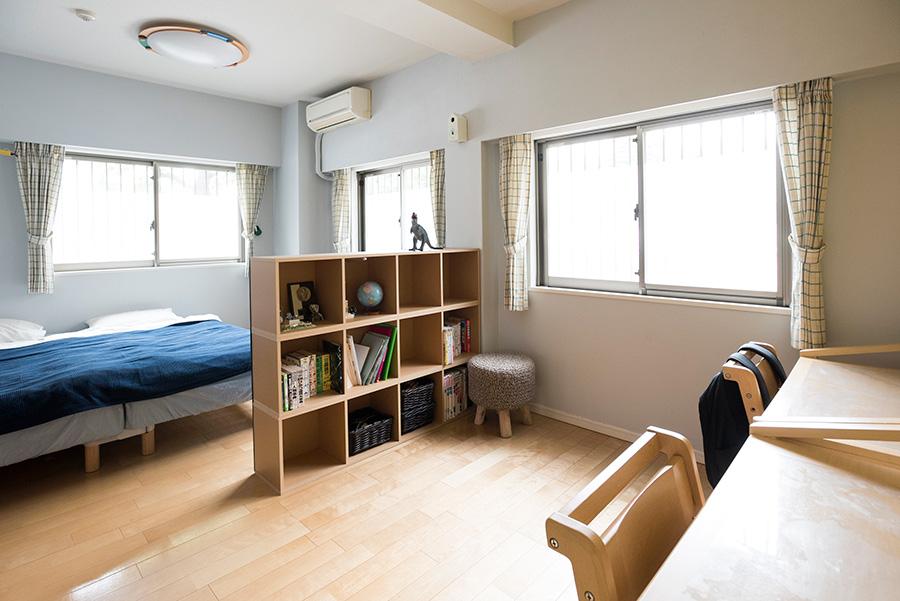 次男、三男の部屋。本棚がパーテーション代わりになっている。