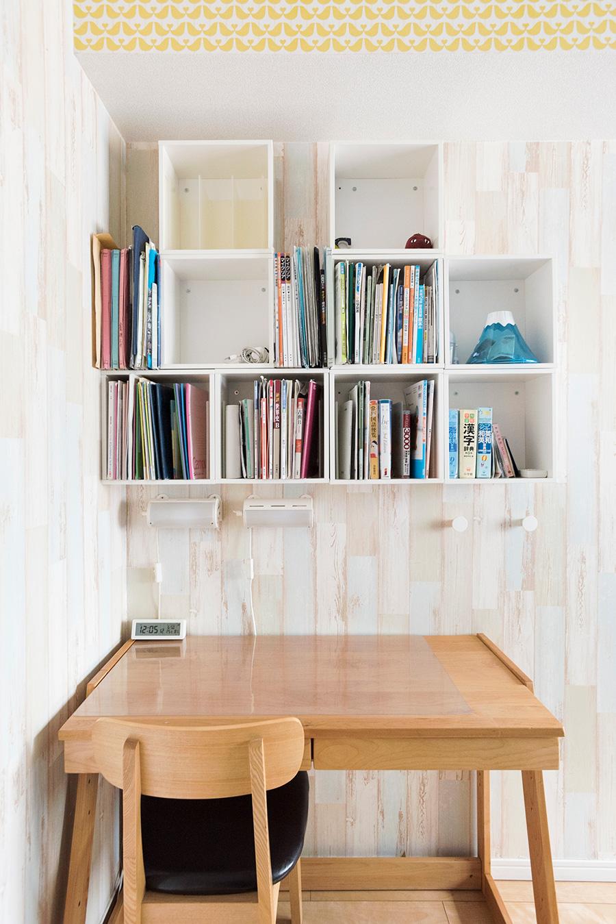 本棚を壁付けに。スペースを取らず、取り出しやすい。