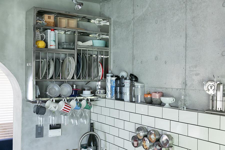 「実際住み始めるとキッチン周りの収納が少なかったので、『Tse&Tse associees』のキッチンラックを後付けしました」