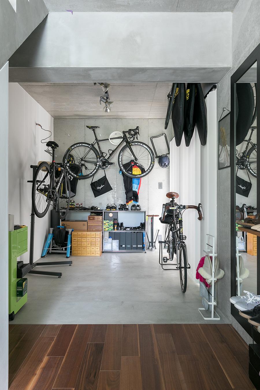 自転車をあーでもないこーでもないと愛でる至福の時間。窓の外には愛車が見える。