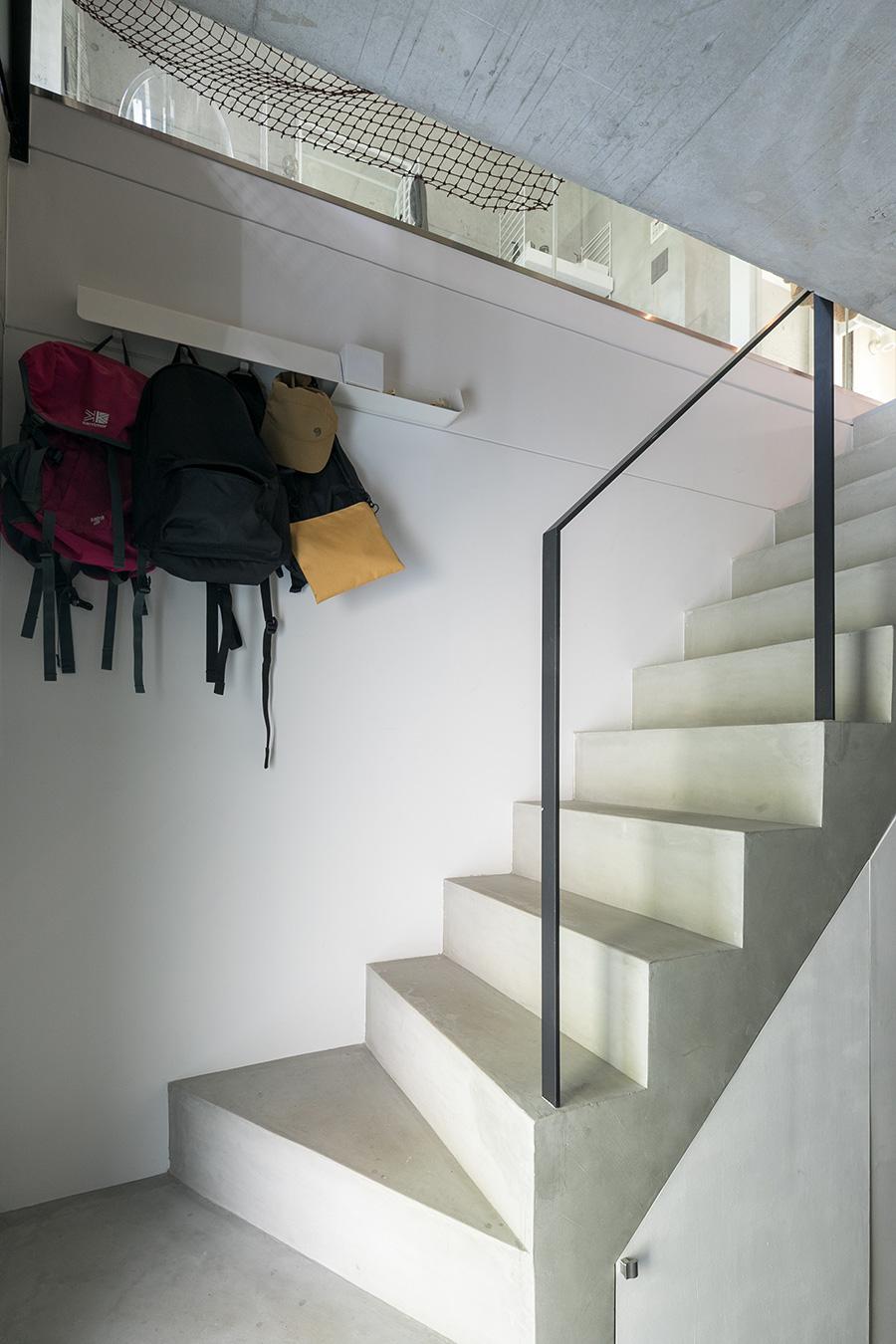 「収納の場所が少なかったので、階段下を収納にしました。扉はDIYでつけました」