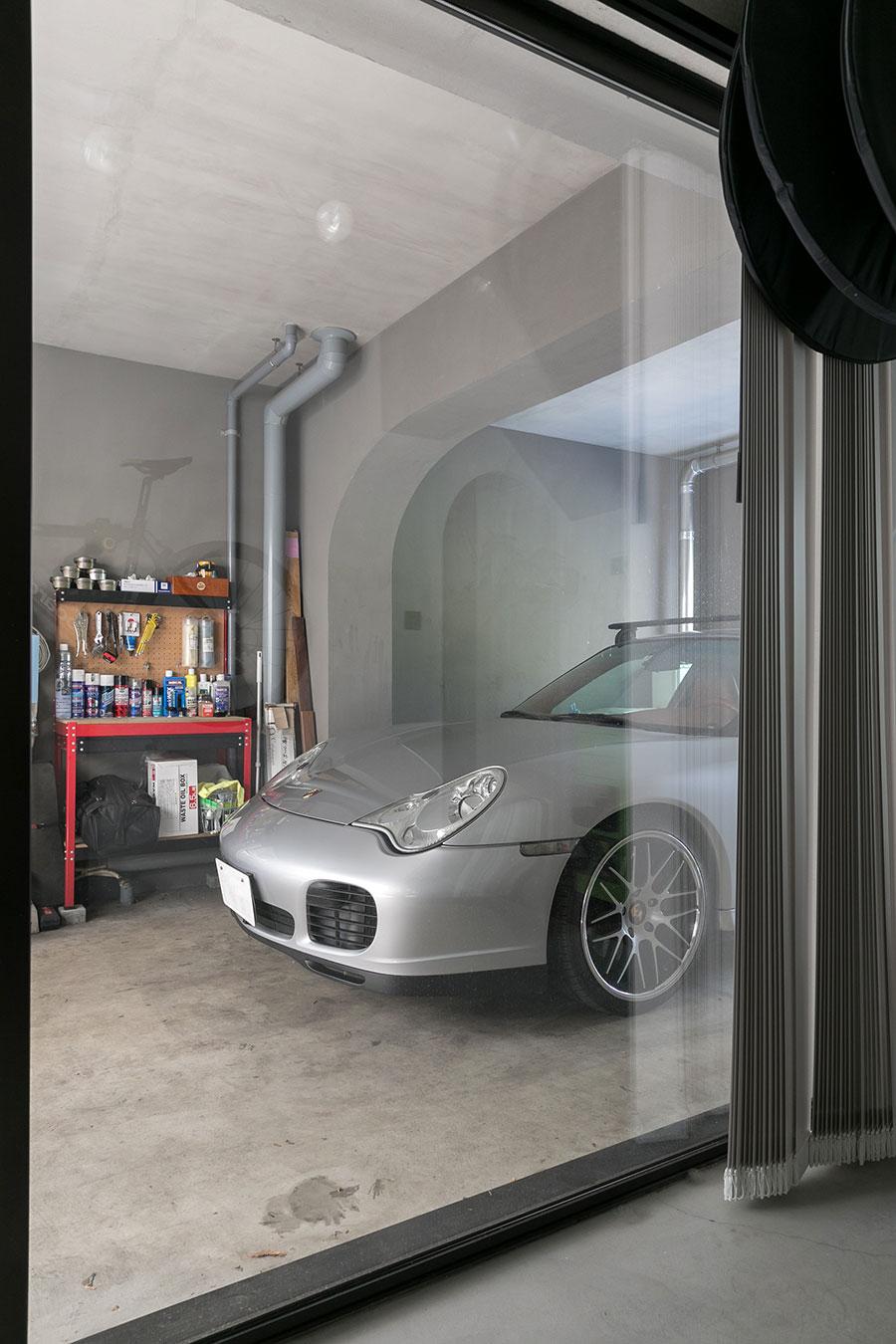 自転車を触りながら横を見ると愛車が見える。集合住宅ではレアな、一軒家感覚の贅沢なガレージ。