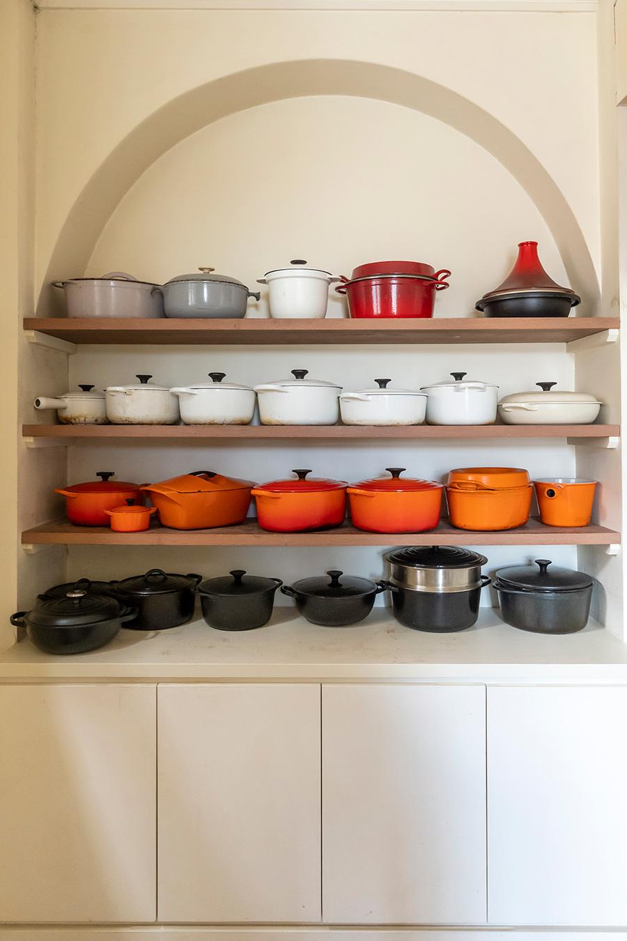 ル・クルーゼを使ったレシピを考案する平野さん。愛用のお鍋が並ぶ。