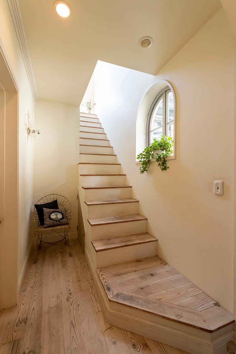 """玄関、階段の床は""""ボルドーパイン""""というネーミングの無垢のスギ材を。"""