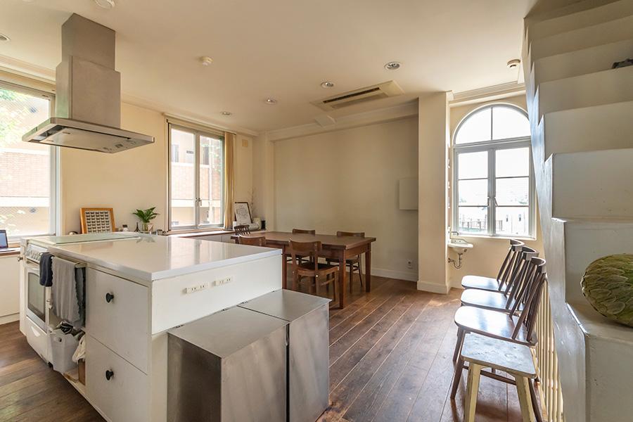アイランドは使用したいオーブンや使いやすいサイズを考え、キッチン専門の施工業者にオーダー。