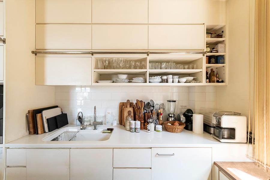 本屋さんから発想を得た背面のキッチン収納。ハシゴをかけるバーも設置。