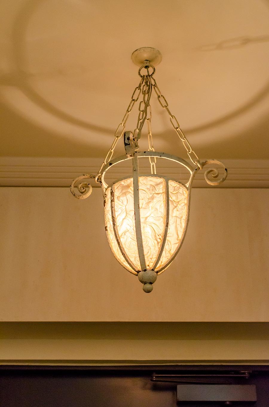 玄関を照らすのは、曲線と経年変化が美しいペンダントランプ。建物と空間に調和する。