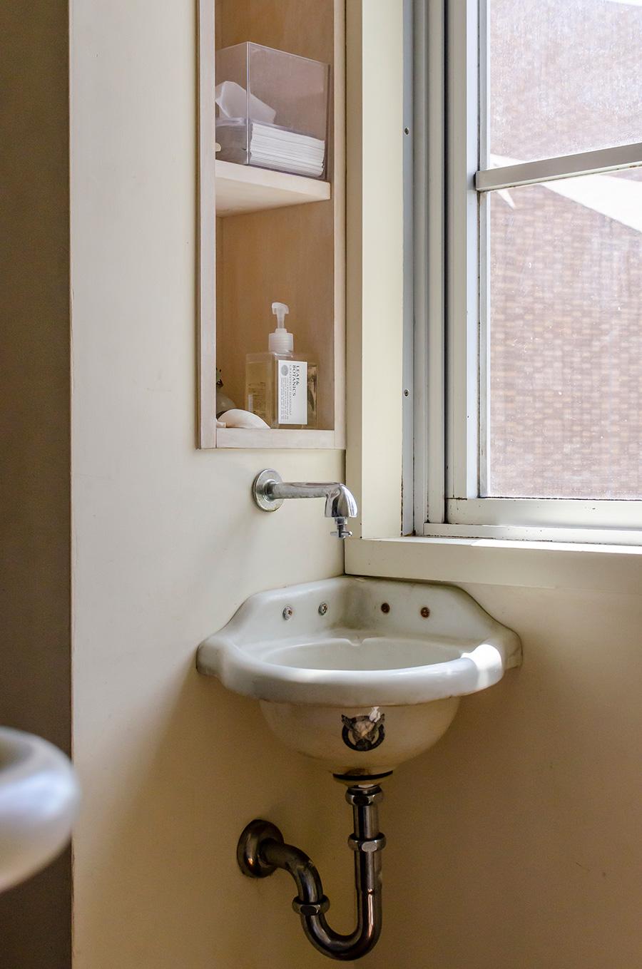 リノベーションにあたり放出された、学生寮で使われていた手洗い。これだけ譲り受けて設置したそう。