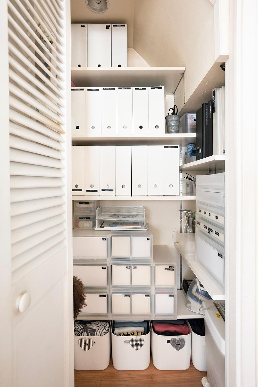 生活に必要なものを、統一したファイルケースと引出しで細かく仕分け。