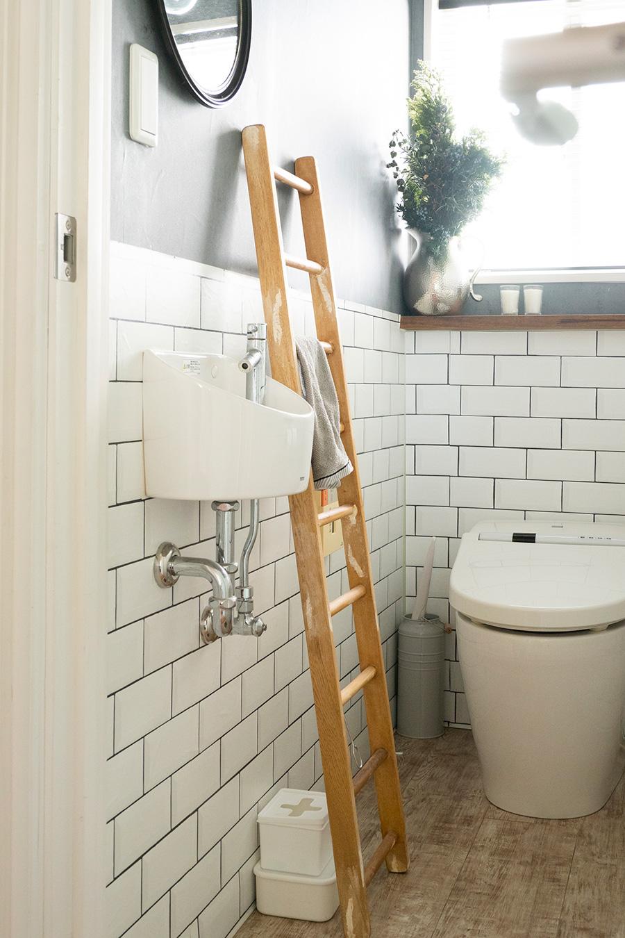 収納を設けなかったことで、圧迫感が避けられたトイレ。ハシゴをタオルかけに。