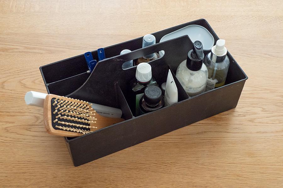 ボディクリーム、綿棒、日焼け止めなど、家族で使うアメニティセット。持ち運べるボックスに入れて、使用場所であるリビングにいつも置いている。