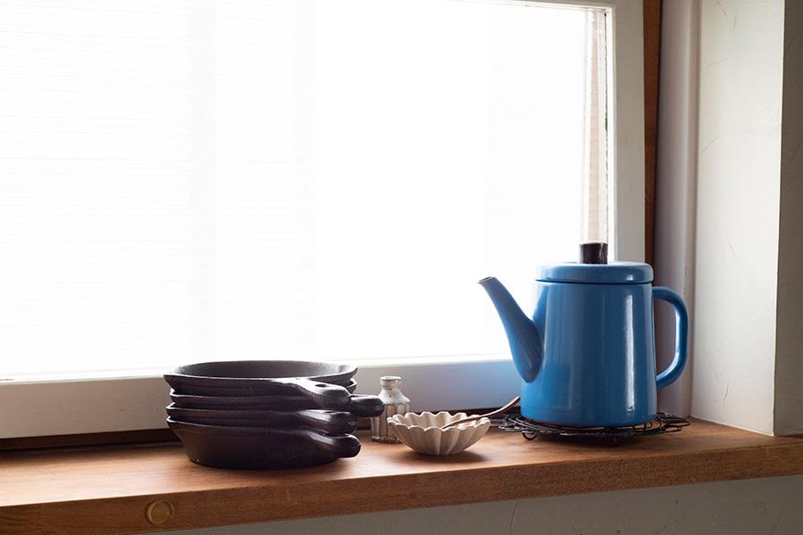 調理器具が不要、一人分ずつそのまま出せるなど、何かと便利なスキレット。よく使うので窓枠にちょい置き。