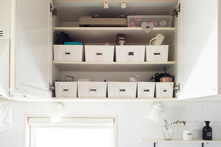 奥のものに手が届きにくい吊り戸棚は、アイテム毎にケースを活用。ひとつ取り出せば作業に取りかかることができる。