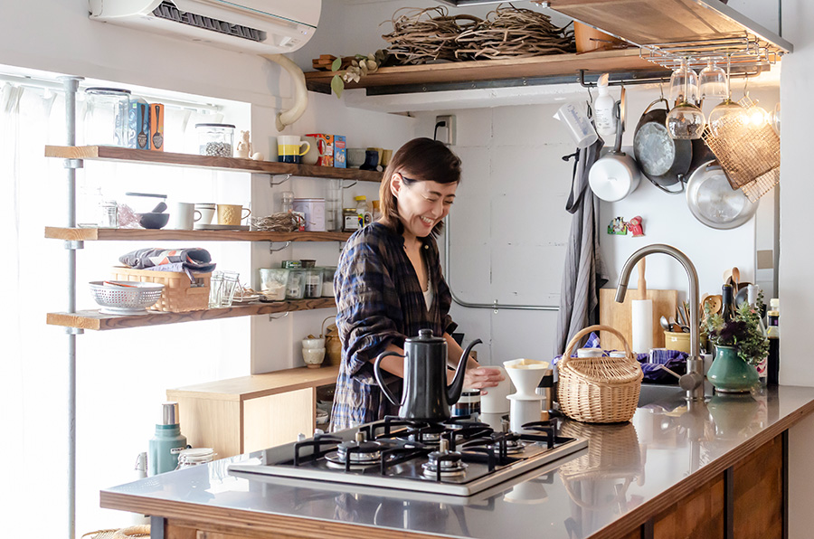 広々としたキッチンまわり。棚類もすでに備えつけられており、自分で用意しなければいけない家具が少ないのは助かる。