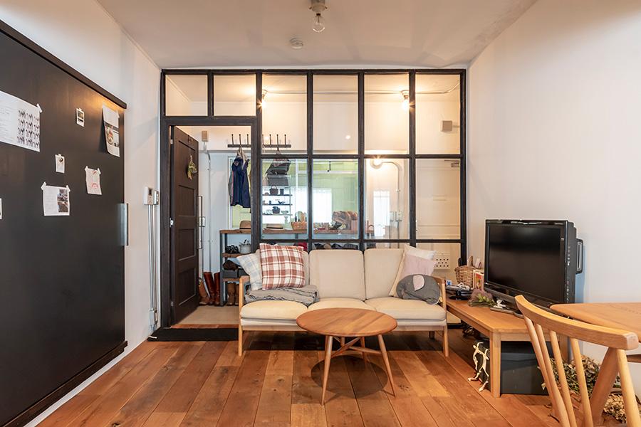 天然オイルで綺麗にリペアされたアーコールの家具で設えられた空間。キッチンテーブルとハーフムーンというテーブルは、線が細く綺麗で気に入っているという。