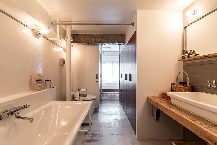 広めのバスルームはホテルライクなつくり。くつろぐのに充分な大きさのバスタブが置いてある