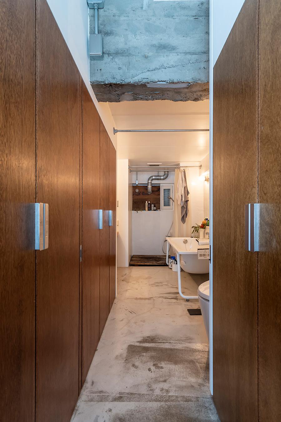 入り口からバスルームを見る。引き戸の内側にはクローゼットや洗濯機収納など、生活に必要な機能が。
