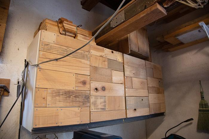 吊戸棚に端材をパッチワークしたDIY。