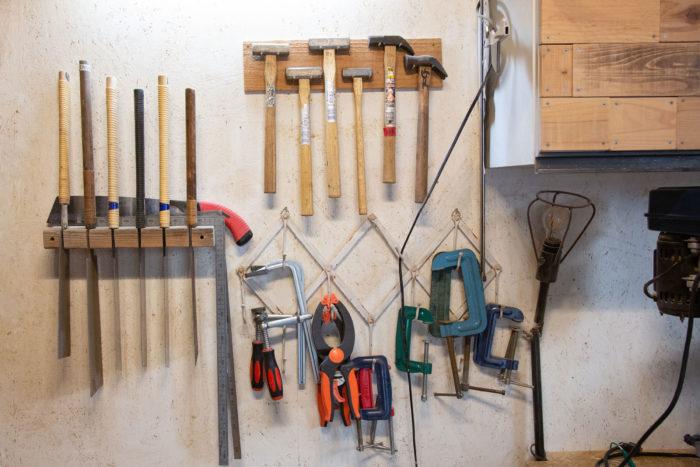 ノコギリや金槌、サシガネ、クランプといった、DIYに必要な基本的な道具たち。