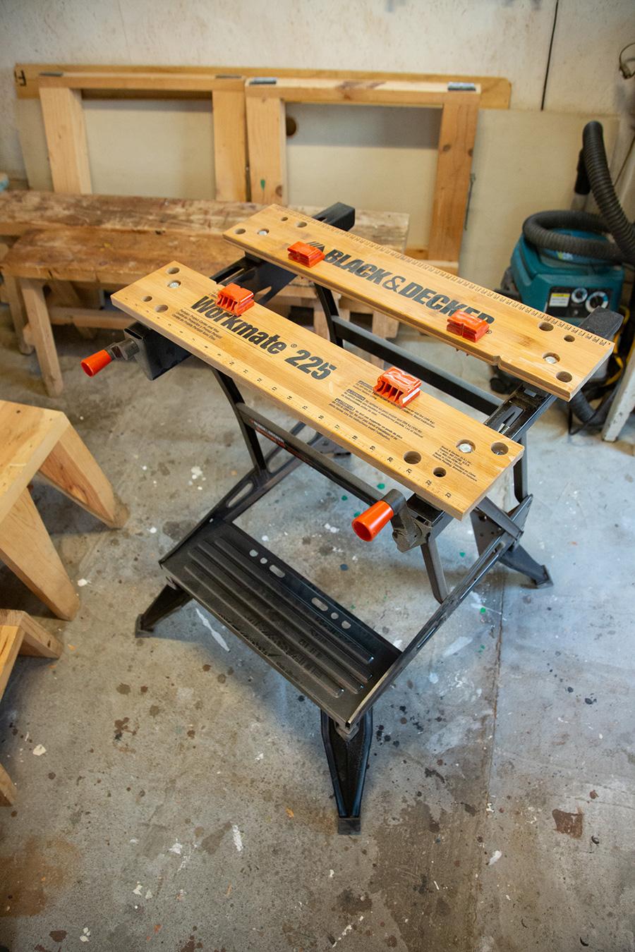 材料をしっかりと固定できる作業台は、DIYの有能なアシスタント。ステップがついているので足で押さえることもできる。