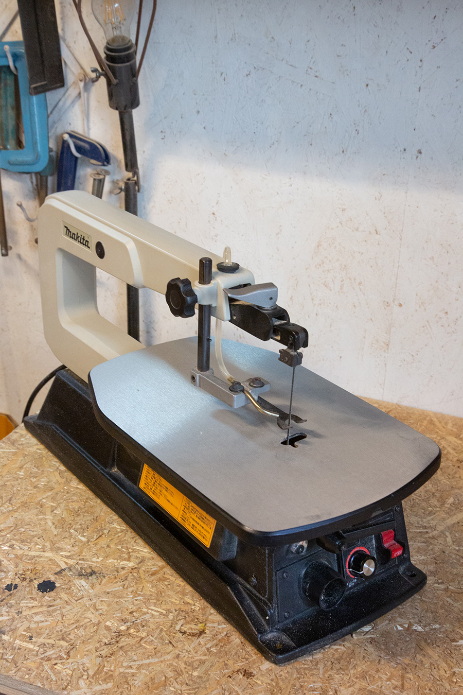 糸のこ盤。中ぬき加工や、曲線、直線切りに。人気No.1の電動工具とか。