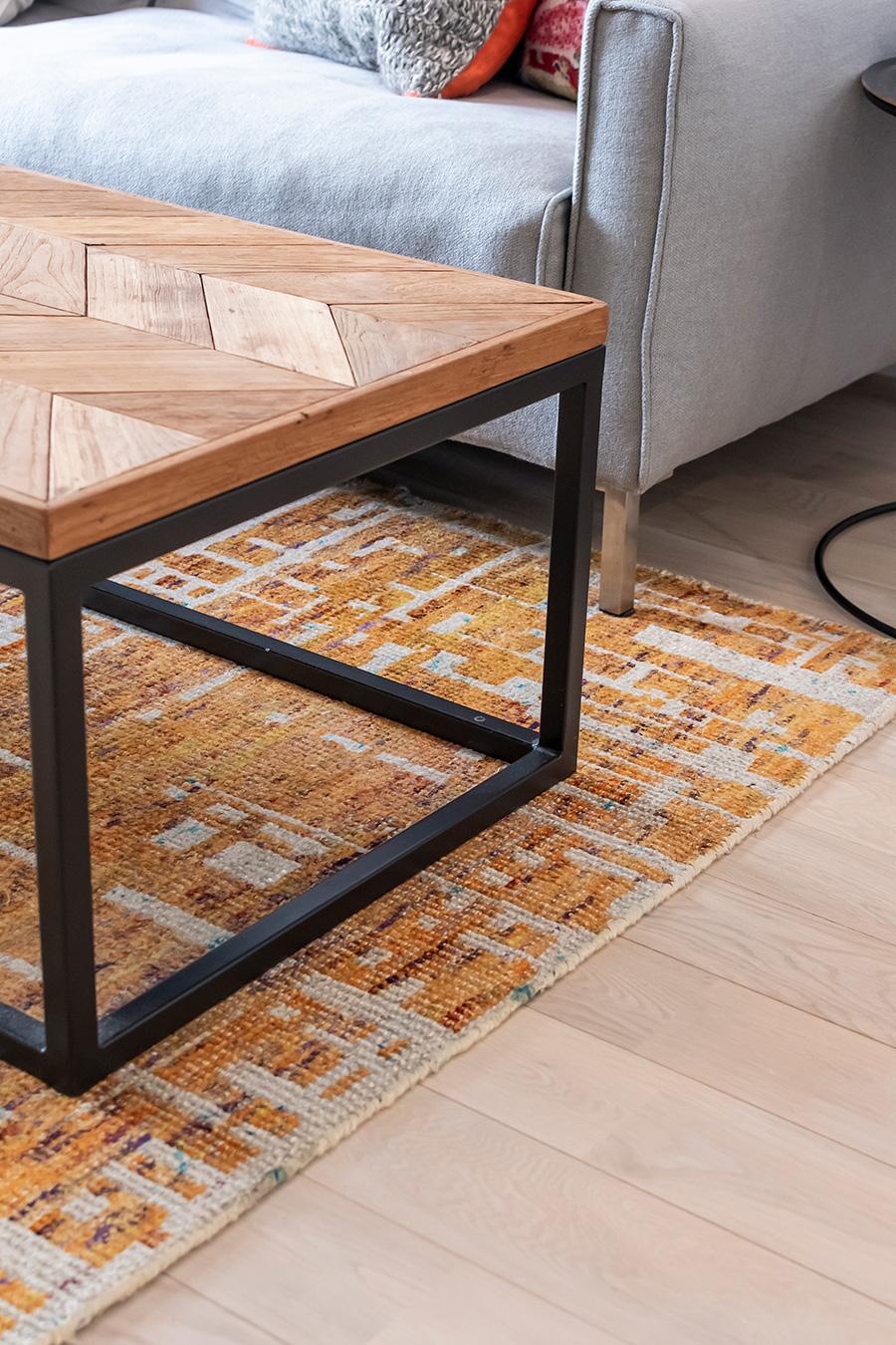 テーブルとラグは「Crate and Barrel」。