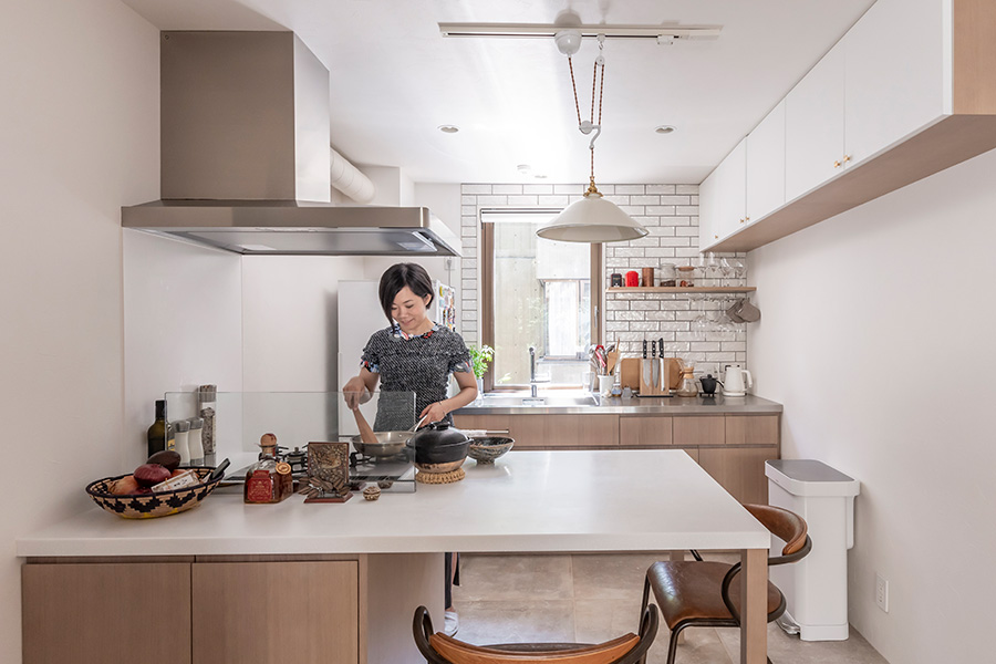 造作したペニンシュラ型のキッチン。