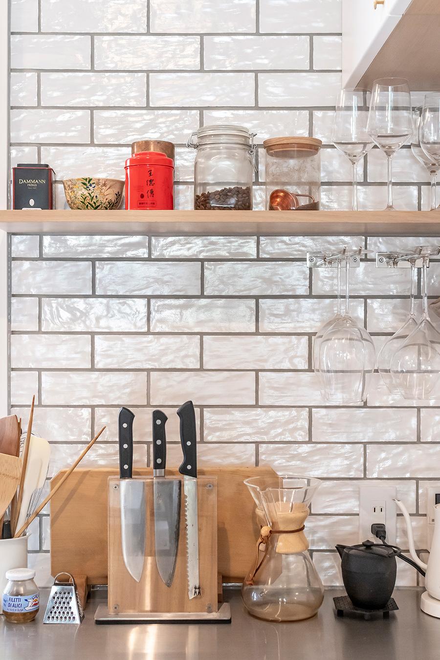 キッチン壁には凸凹とした表情が楽しいサブウェイタイルを。